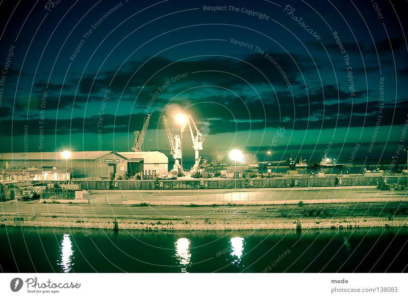 Nachtschicht Wasser Himmel Meer blau Wolken Lampe Mauer Wellen Industriefotografie Hafen Anlegestelle Lagerhalle Kran Fähre Sardinien