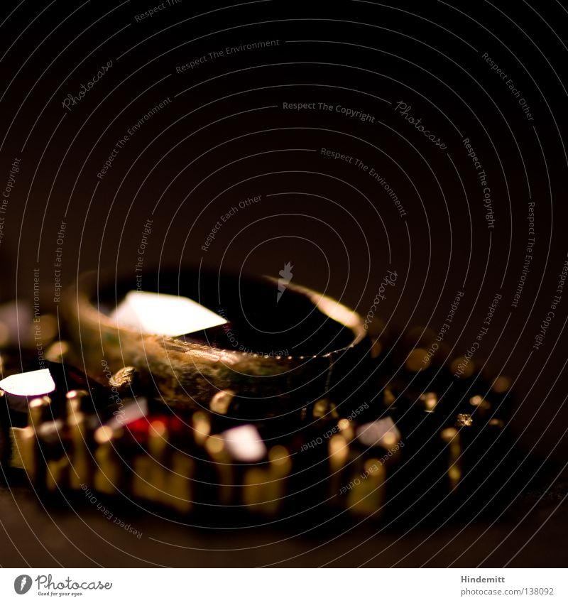 Schmuckstück glänzend rot dunkel schön Edelstein erhaben fein festlich Kostbarkeit Wert prächtig Anstecker Granat Reflexion & Spiegelung Unschärfe braun schwarz