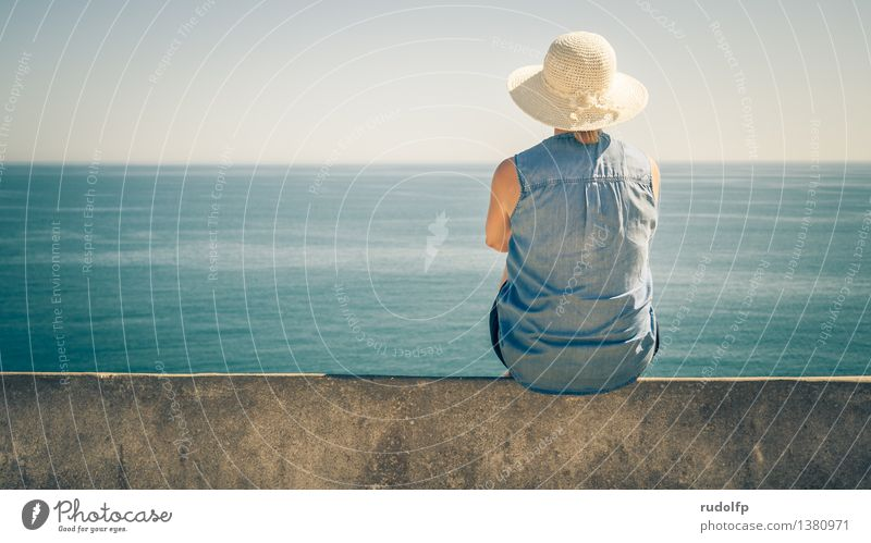 schöne Aussicht Mensch Frau Ferien & Urlaub & Reisen Jugendliche blau Sommer Wasser Junge Frau Sonne Erholung Meer ruhig Ferne 18-30 Jahre Erwachsene