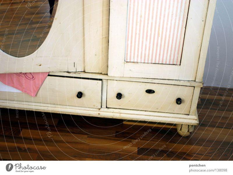 Verliebt in einen Schrank alt weiß schön Holz Wohnung rosa Innenarchitektur Bekleidung Häusliches Leben Streifen Spiegel Möbel antik Haushalt einrichten Paket