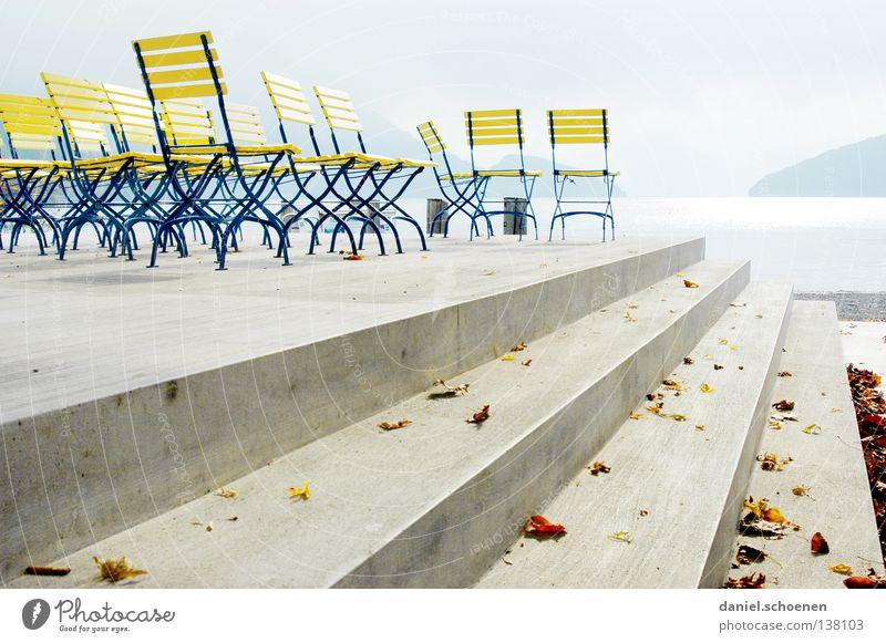 nix los blau Wasser Farbe ruhig gelb Küste See hell Linie Beton Treppe leer Perspektive Stuhl Schweiz Promenade