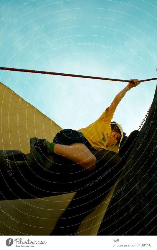 :.. Level 3 :: AUFSTIEG :. Junge Frau Klettern steil Seil aufwärts Textfreiraum oben festhalten anstrengen erobern Kraft Spielen spielend Zentralperspektive