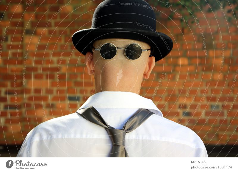 hinten ist vorne Lifestyle maskulin Hemd Krawatte Brille Sonnenbrille Hut Glatze Coolness Stil Mauer Identität unerkannt Maske Melone frech gesichtslos