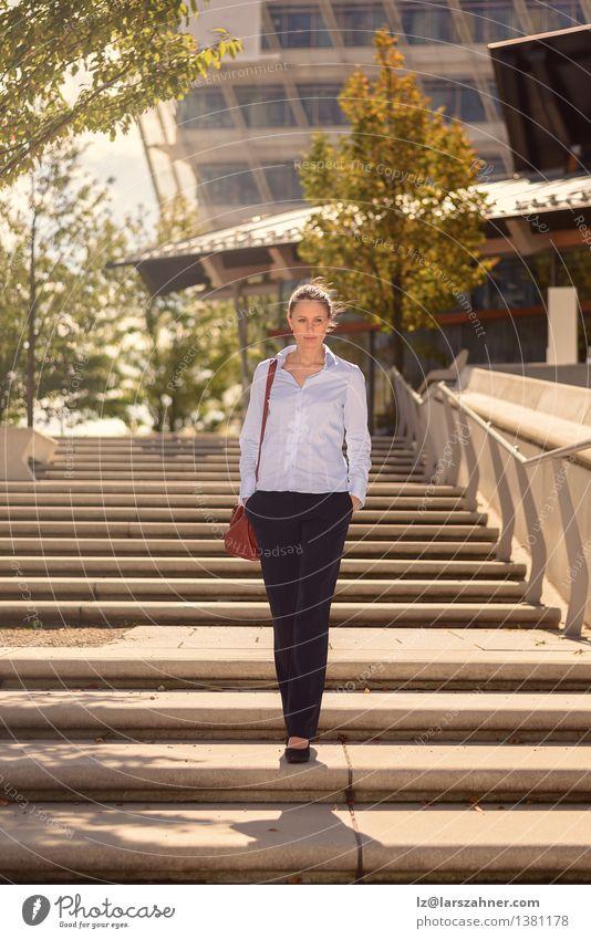 Schlanke junge Frau, die konkrete Treppe absteigt Mensch Jugendliche schön Sommer Einsamkeit 18-30 Jahre Gesicht Erwachsene Wärme Gebäude Glück Lifestyle
