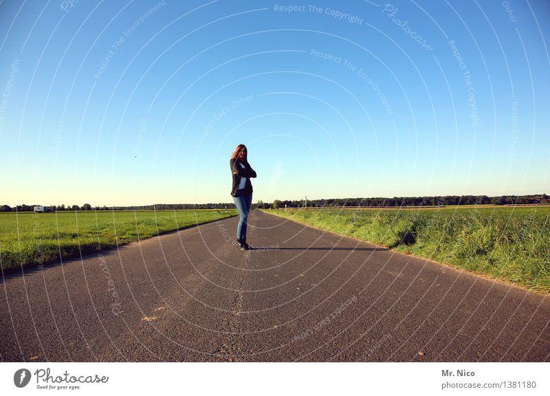 Orientierung | weit weg Mensch Frau Natur Sommer Landschaft Einsamkeit Ferne Erwachsene Straße Umwelt Wege & Pfade feminin gehen Horizont Feld Ausflug