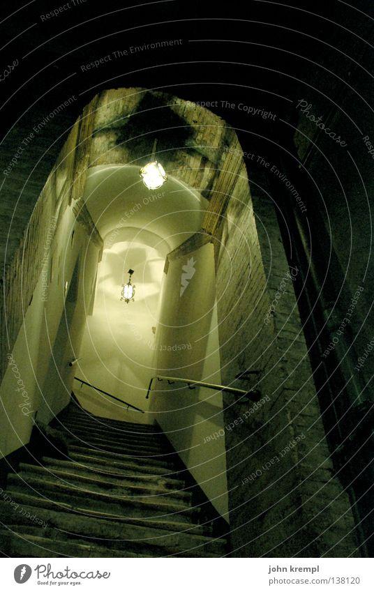 bin ich hier richtig bei bates? norman bates? dunkel Angst verrückt Treppe Italien gruselig verfallen Leiter Rom Treppenhaus Seele Schrecken Mord Mörder Farblosigkeit Thriller