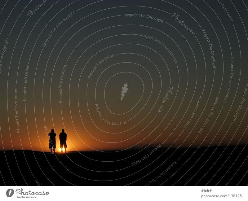 Sonnenkinder Südafrika Kapstadt Strand Sonnenuntergang Meer 2 Mann Schattenspiel Hand Wellen schön schwarz dunkel Einsamkeit camps bay Wasser Arme Himmel blau