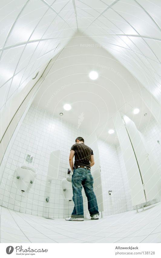 in der Halbzeit Mann weiß hell Bad Sauberkeit Toilette Fliesen u. Kacheln Schifffahrt urinieren Fischauge Erleichterung Pissoir Stuhlgang Pinkler Herrentoilette