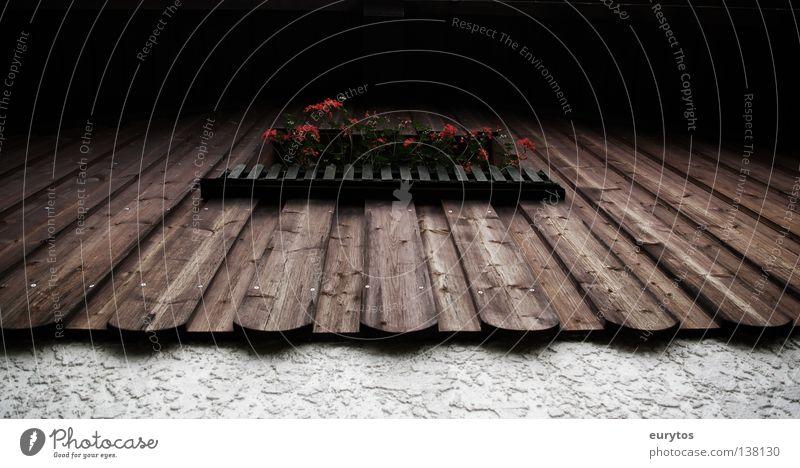a Fensterl. weiß schwarz Haus Wand braun Fassade leer Geländer Balkon Zaun Holzbrett Bayern Garage Scheune