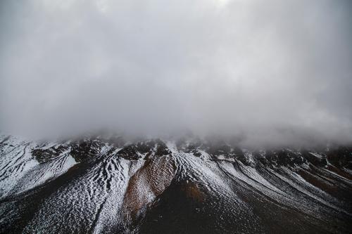 gemustert Himmel Natur Landschaft Wolken Winter dunkel Berge u. Gebirge Umwelt Schnee grau außergewöhnlich Felsen Schneefall Wetter Klima bedrohlich