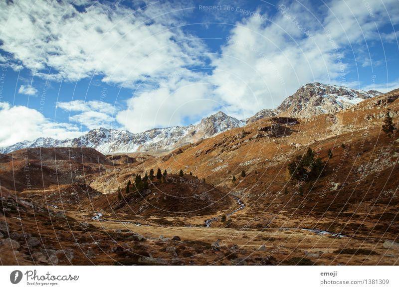 Landschaft Umwelt Natur Himmel Herbst Schönes Wetter Feld Hügel Alpen Berge u. Gebirge Gipfel Schneebedeckte Gipfel natürlich blau braun Schweiz Pass Farbfoto