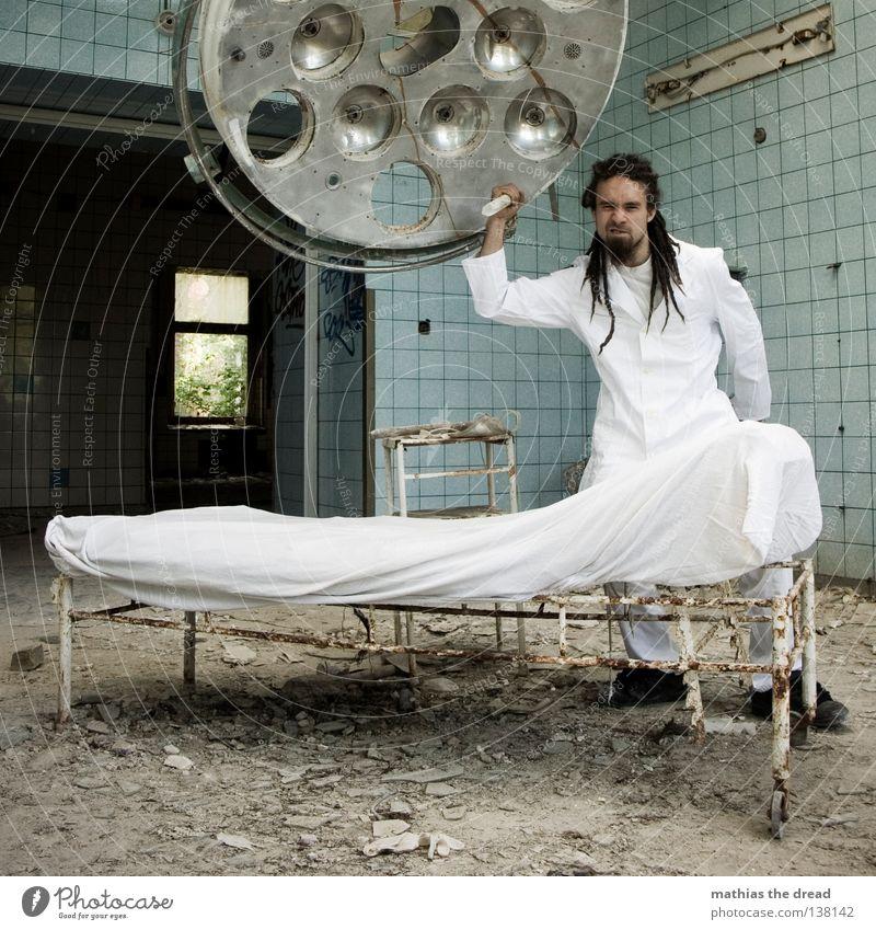 WER IST DER NÄCHSTE BITTE? Arzt Besteck weiß Schürze Rastalocken Operation Haare & Frisuren verfallen Krieg Zerstörung Müll Bauschutt Putz kaputt kurz klein