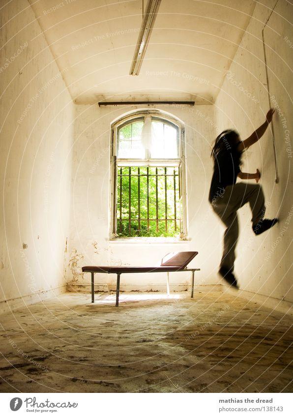 DURCHGEDREHT Liege dunkel bedrohlich Gitter Fenster gebrochen Einsamkeit Hoffnung Raum Lampe Froschperspektive Bett Sofa Gestell streben Eisen gekrümmt
