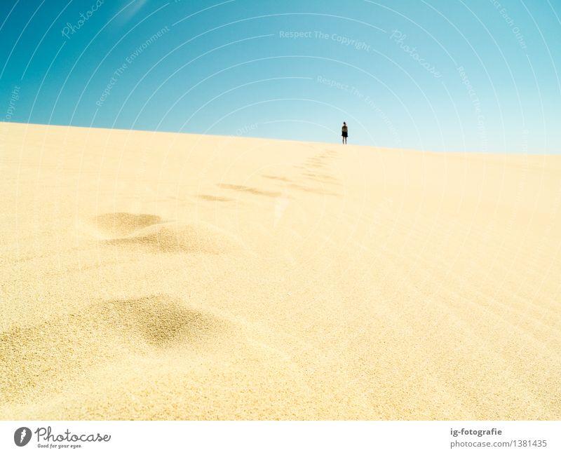 Schritte in der Wüste in der Sonne für einen langen Spaziergang Ausflug Abenteuer Ferne Sommer Karriere Fuß Sand PKW Fußspur fahren heiß Beginn wüst Weg