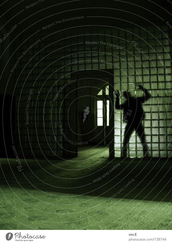 LAUERN Mensch Mann alt Hand grün Einsamkeit Farbe schwarz ruhig Fenster dunkel Wand Gebäude hell Beleuchtung Innenarchitektur
