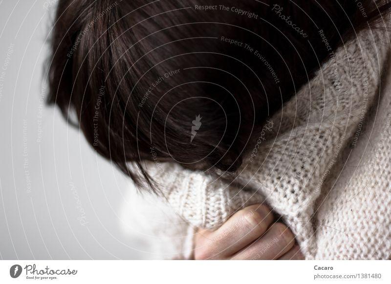 versteck dich Haare & Frisuren Krankheit Mensch feminin Junge Frau Jugendliche Pullover Jacke Strickjacke Seil schwarzhaarig Gefühle Stimmung Traurigkeit Trauer