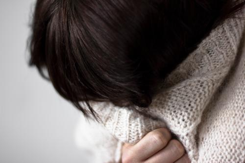 versteck dich Mensch Jugendliche Junge Frau Einsamkeit Winter Traurigkeit Gefühle feminin Haare & Frisuren Stimmung Angst Seil Trauer Krankheit Erkältung
