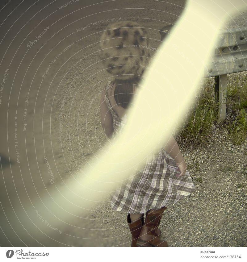 strange .. Kind lustig Bodenbelag Kleid Streifen Mütze Stiefel Sportveranstaltung seltsam Kies Konkurrenz Überbelichtung Fehler