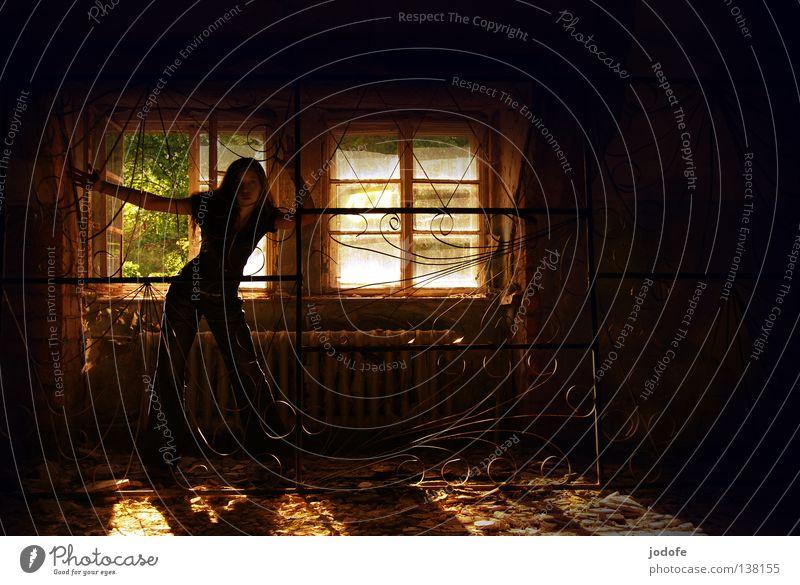 hinter gittern Frau Raum Innenaufnahme Silhouette dunkel unheimlich geheimnisvoll Fenster Lichteinfall unordentlich verwohnt Verfall verfallen schäbig Unbewohnt