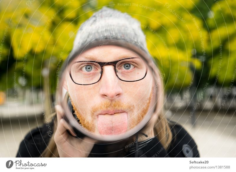Spiegelbild Mensch maskulin Gesicht Zunge 2 18-30 Jahre Jugendliche Erwachsene Brille Mütze Freude Bart Wald Park Baum Herbst herbstlich Fotografie Farbfoto