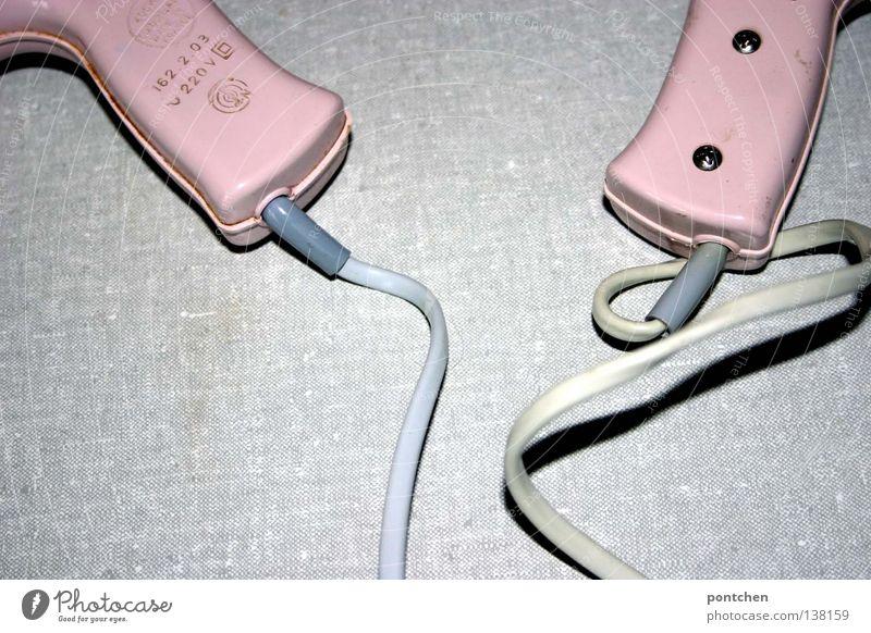 Zwei rosa Föhns des selben Modells liegen nebeneinander. Vintage, Volt, elektrizität. Vergangenheit. Paar Stil schön Haare & Frisuren Bad Energiewirtschaft