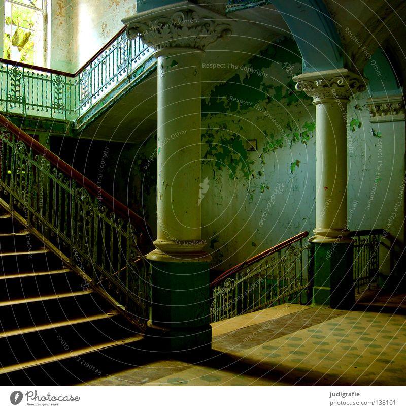 Heilstätte alt Farbe Einsamkeit Haus Fenster Gebäude Traurigkeit Angst Treppe kaputt verfallen gruselig Treppenhaus schäbig Säule Eingang