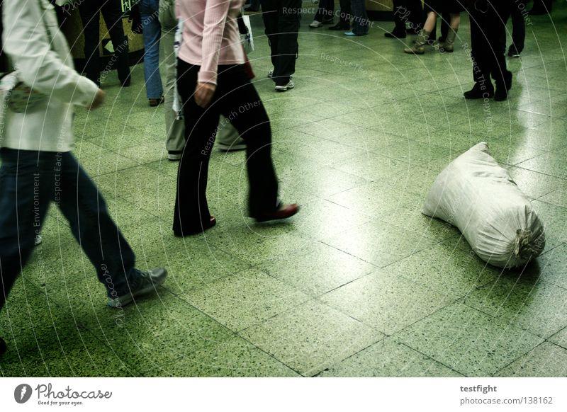 fauler sack kopflos Bewegung Sack Ferien & Urlaub & Reisen U-Bahn London Underground Station Geschwindigkeit rastlos emotionslos fließen vergessen verloren