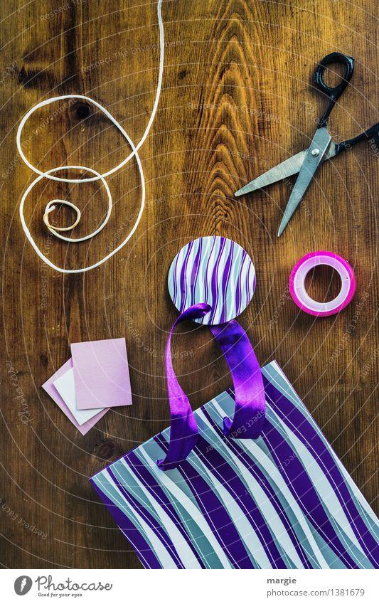 Geschenk einpacken im Hochformat Freizeit & Hobby Basteln Handarbeit heimwerken Dekoration & Verzierung Arbeitsplatz Schere Zettel Papier Seil Klebeband Holz