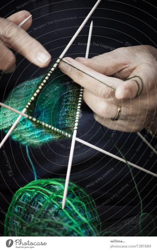 Hände beim Stricken. Ihre neueste Masche. Handarbeit stricken Stricknadel Wolle Finger grün Geschicklichkeit Schlaufe fleißig Ausdauer Freizeit & Hobby