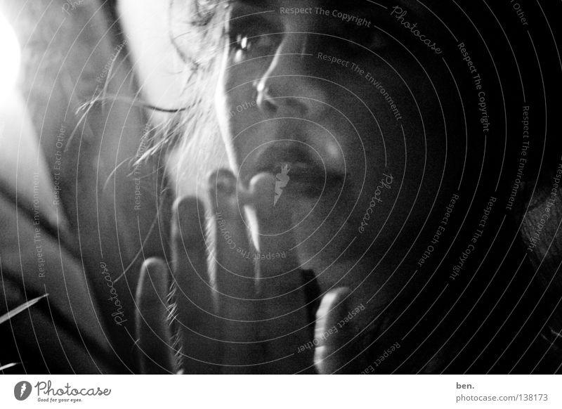 To Vanish Into Thin Air Publikum Voyeurismus Ferne Intimität Kratzer Lichtfleck Unschärfe Spiegel dunkel Schwarzweißfoto Blessuren Gedanken einsammeln