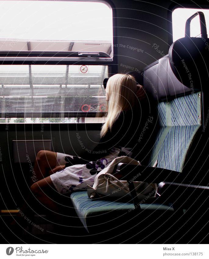 Ich will nicht weg (von dir) Ferien & Urlaub & Reisen Frau Erwachsene 18-30 Jahre Jugendliche Bahnhof Fenster Bahnfahren Wege & Pfade Eisenbahn Zugabteil Kleid