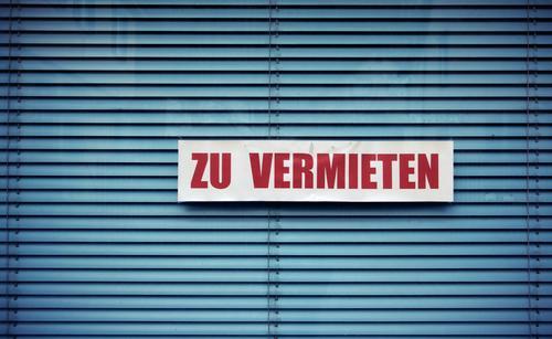 Schaufenster ... Stadtzentrum Fenster hell Jalousie vermieten Angebot rot blau Buchstaben Schriftzeichen Ladengeschäft Glas Glasfassade Farbfoto Außenaufnahme