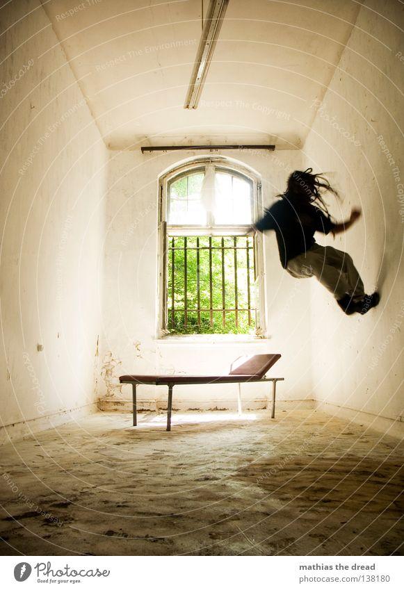 WÄNDE HOCHLAUFEN! Liege dunkel bedrohlich Gitter Fenster gebrochen Einsamkeit Hoffnung Raum Lampe Froschperspektive Bett Sofa Gestell streben Eisen gekrümmt