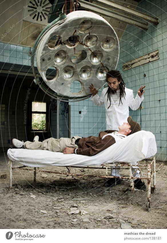 WAS HABEN WIR HIER DENN SCHÖNES! Arzt Besteck Werkzeug weiß Schürze Rastalocken Operation Haare & Frisuren verfallen Krieg Zerstörung Müll Bauschutt Putz kaputt