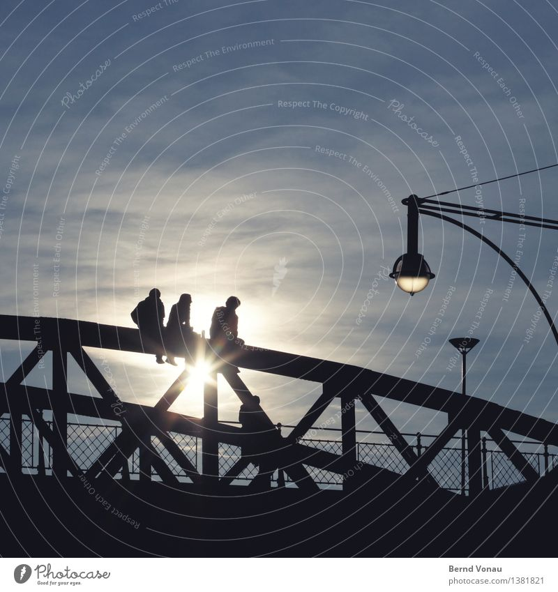FR Mensch 3 18-30 Jahre Jugendliche Erwachsene sitzen Brücke Freiburg im Breisgau Stahl Sonne Erholung Lampe Zaun Himmel blau schwarz genießen Aussicht Mut