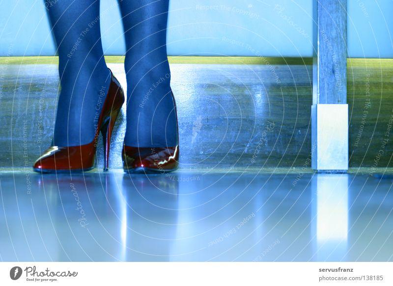 rote Schuhe Frau blau rot Beine Fuß 2 elegant Schuhe paarweise Club Strümpfe Strumpfhose Glamour Damenschuhe nebeneinander
