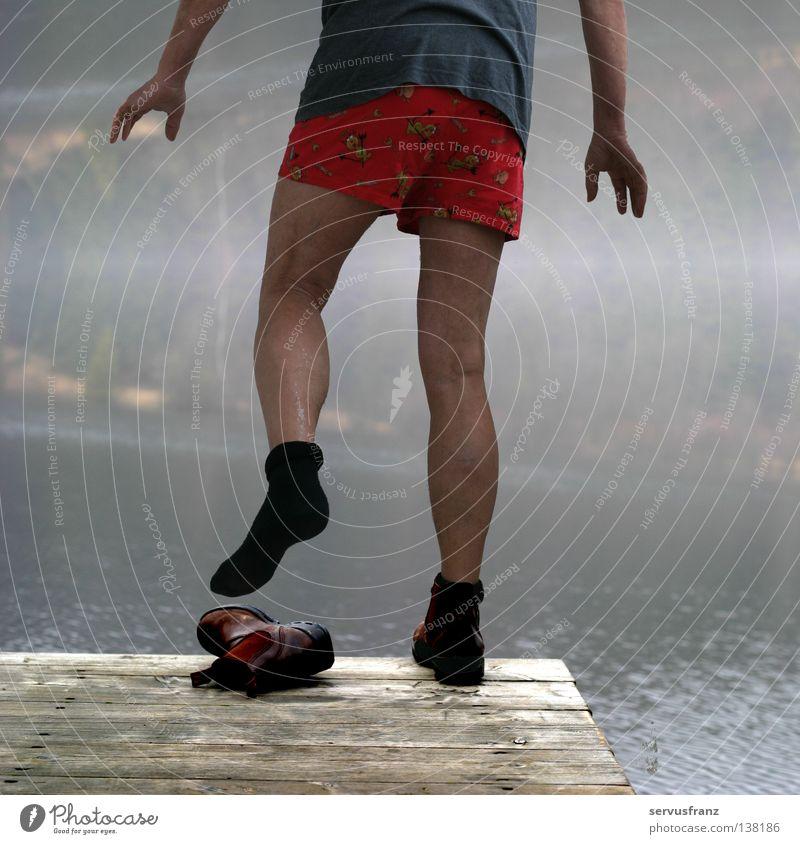 kaltes Bad Mann Strümpfe Schuhe Steg See Winter Freude Beine Wasser