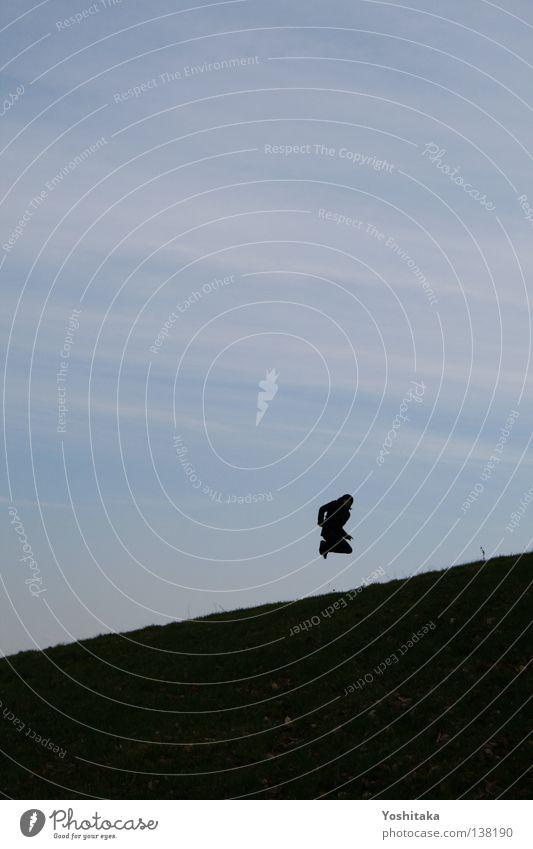 Sprung in die Schiefe Trampolin Horizont springen Wiese Einsamkeit ruhig Akrobatik Freude Spielen Himmel Silhouette Mensch Glück blau Himmeln Rasen üben Leben