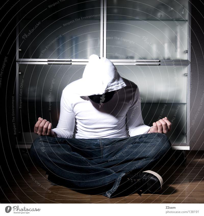 ruhe bewahren! ruhig Erholung Meditation Yoga Schneidersitz Vitrine Mann maskulin Hose weiß Parkett Hand Jugendliche Jeanshose blau scharz Bodenbelag Arme