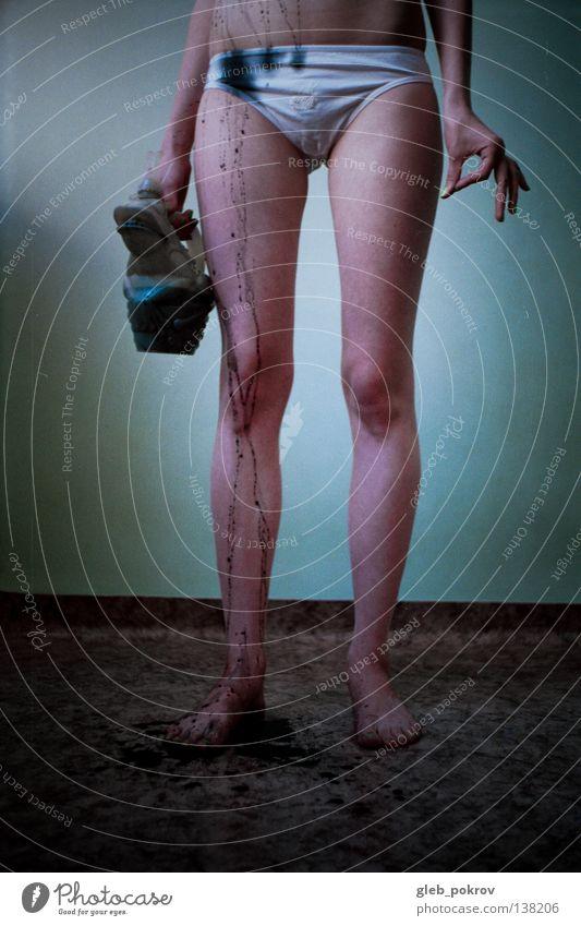 black squirt. Frau Hand Wasser Freude schwarz nackt Beine Kunst Hintergrundbild Finger Bekleidung Filmindustrie Bodenbelag Kitsch Hose analog