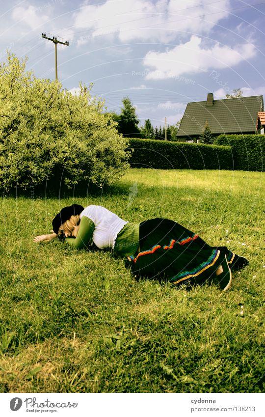 Vom Himmel gefallen Mensch Frau Himmel Landschaft Gefühle Wiese Garten träumen liegen Idylle schlafen Kleid Show Konzepte & Themen Dorf Erinnerung