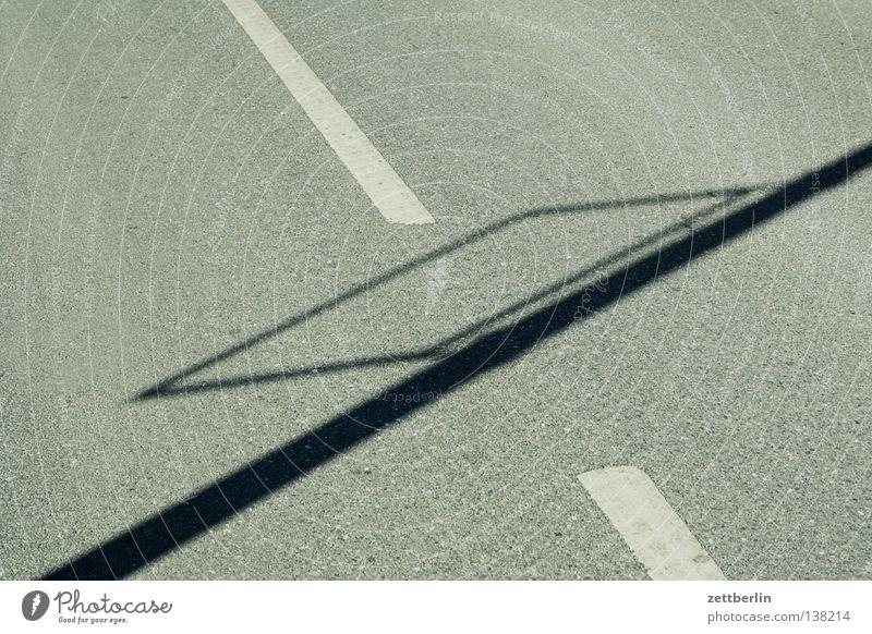 Schatten von keinem Schild Asphalt Fahrbahn fahren Fahrbahnmarkierung Pause Lampe Verkehrswege Straße asfalt Schilder & Markierungen Linie Strommast kein schild