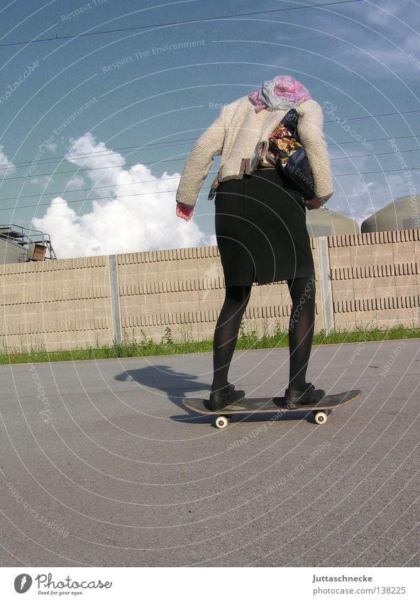Meine Oma ist ´ne ganz patente Frau Patent Skateboarding Kopftuch Risiko Sport verrückt dumm Senior wackelig unsicher Gesundheit rüstig Spielen modern sportlich