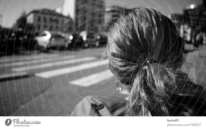 Sichtweise Locken Rückseite Fußgänger Frankreich schwarz weiß Haus Frau feminin lockig Freude Ferien & Urlaub & Reisen Freiheit Glück Haare & Frisuren Straße