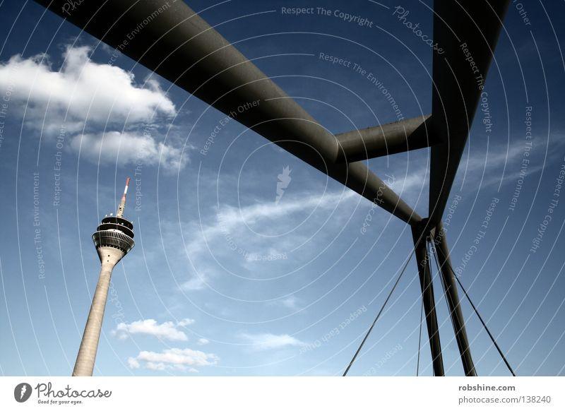 Skuril subtil Rheinturm Wolken abstrakt Stahl Wahrzeichen Denkmal Düsseldorf Himmel Perspektive Brücke Turm Klarheit Strukturen & Formen Deutschland Medienhafen