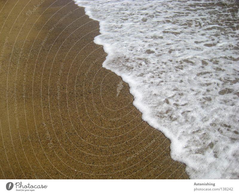 Meereshöhe Ferien & Urlaub & Reisen Strand Wellen Sand Wasser Linie weiß Meerwasser Farbfoto Sandstrand Gischt Wasserlinie Menschenleer Textfreiraum links