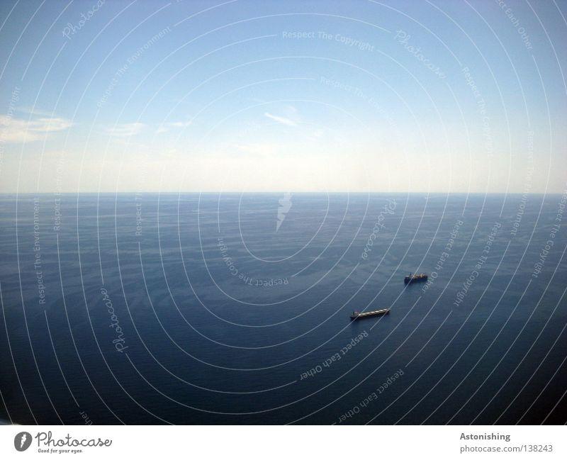 Verfolgungsjagd Wasser Himmel Meer blau Wolken Ferne Wasserfahrzeug Horizont Niveau Unendlichkeit Schifffahrt Öltanker Bildaufbau