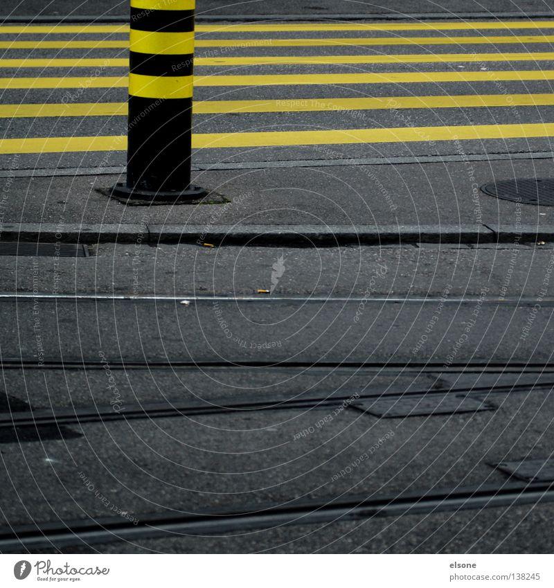 MONOTONIE weiß Stadt gelb Straße Stil grau Stein Wege & Pfade Linie dreckig Straßenverkehr Verkehr Eisenbahn leer einfach Schweiz