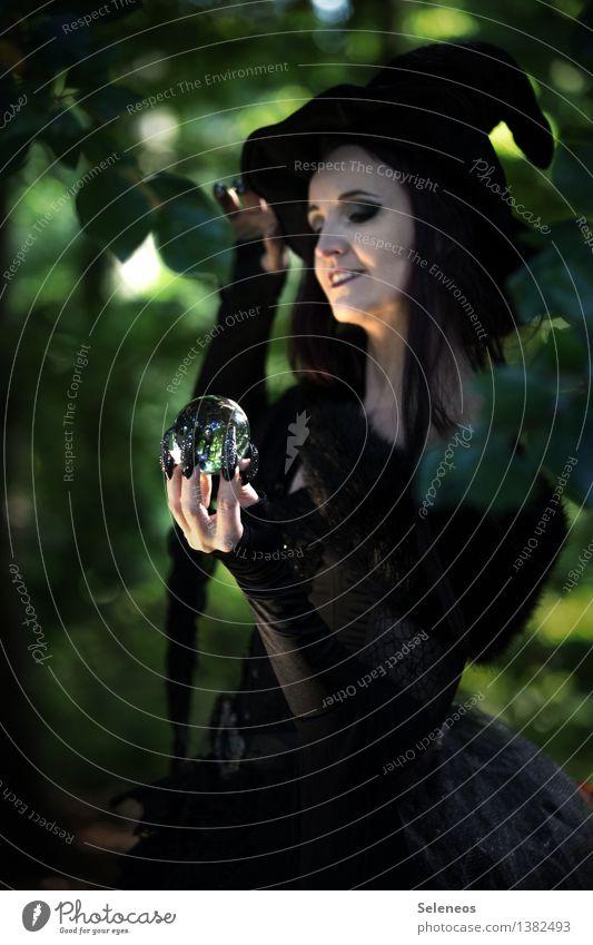 Zukunftsperspektive Karneval Halloween feminin Frau Erwachsene 1 Mensch Wald Hut dunkel Hexe Karnevalskostüm Wahrsagerei Glaskugel Farbfoto Außenaufnahme