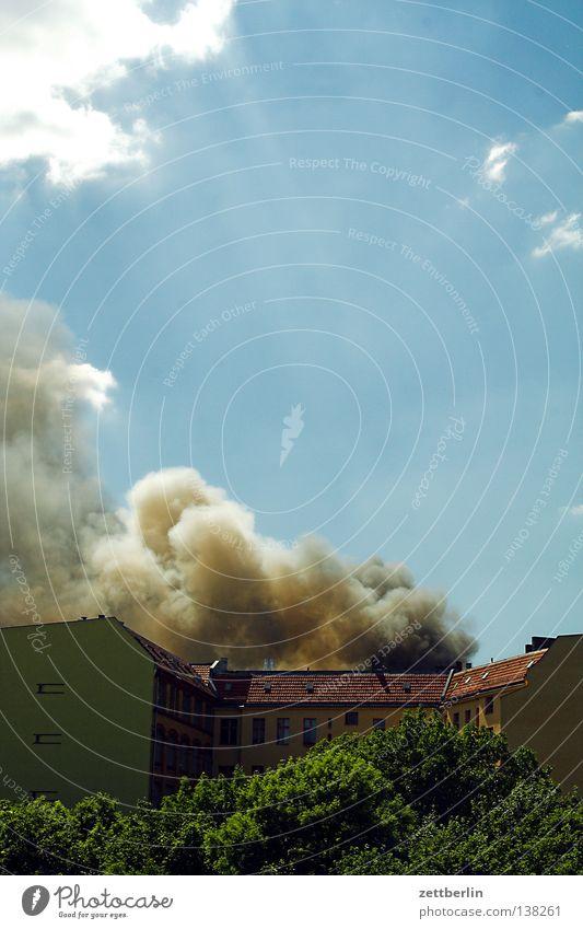 Dachstuhlbrand in Schöneberg Haus Angst Brand gefährlich Rauch brennen Etage Desaster Panik Feuerwehr Versicherung Kapitalwirtschaft Unbekümmertheit löschen